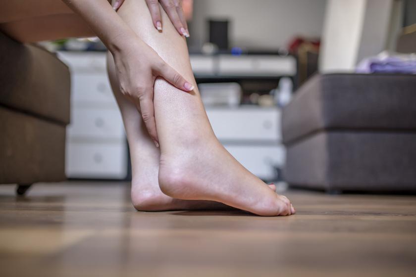 a lábak visszerével szülhet)